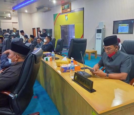 Anggota DPRD dari PDIP Ropii Siregar dan anggota lainnya mengikuti rapat paripurna.